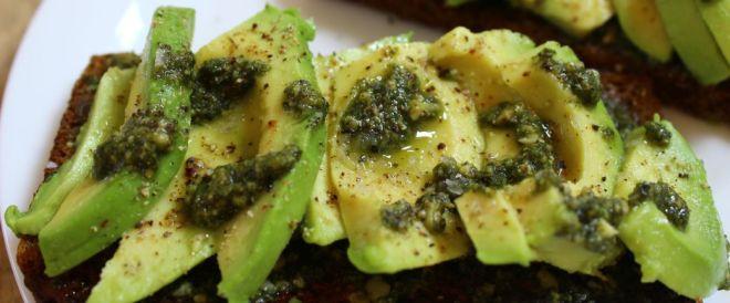 Avocado med pesto og ristet rugbrød_B1040