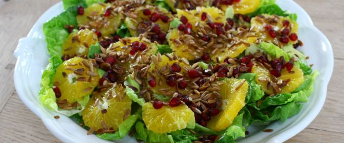 Salat m appelsin, granatæble og solsikkekerner_B1040