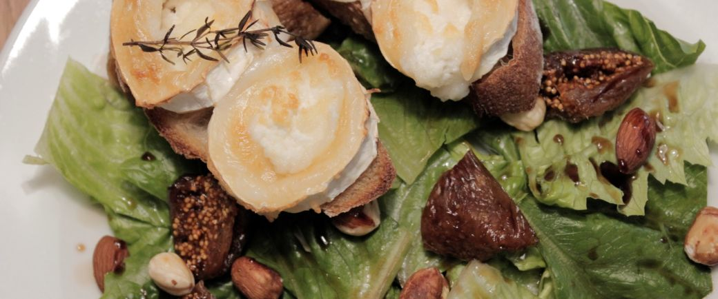 Salat med figner nødder og gedebrød