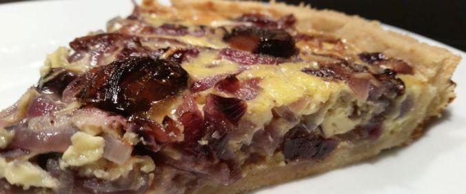 Løgtærte med balsamicoglaserede hvidløg