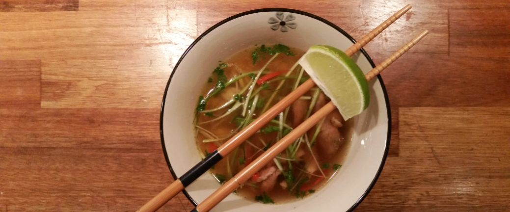 Vietnamesisk suppe med and og ris