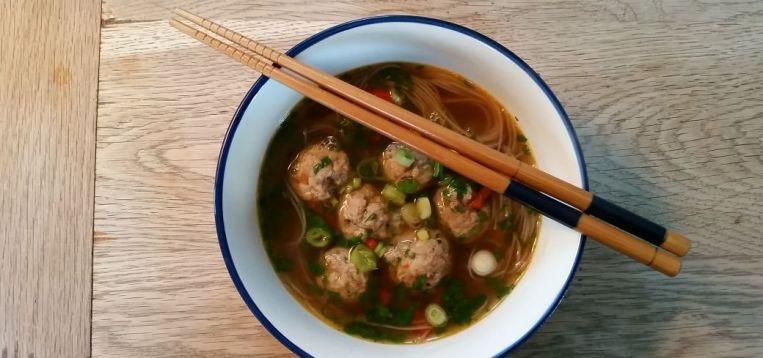 Asiatisk nudelsuppe med kyllingekødboller